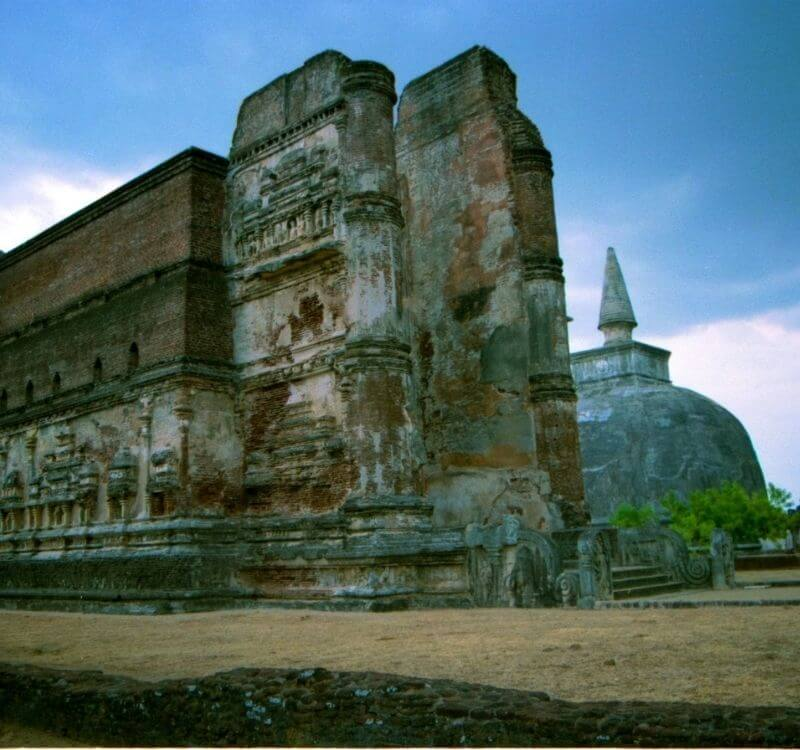 image of ancient ruins at Polonnaruwa used as the desktop header image for an article on the same subject